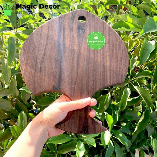 Thớt hình cá chất liệu gỗ óc chó kích thước 25x30cm